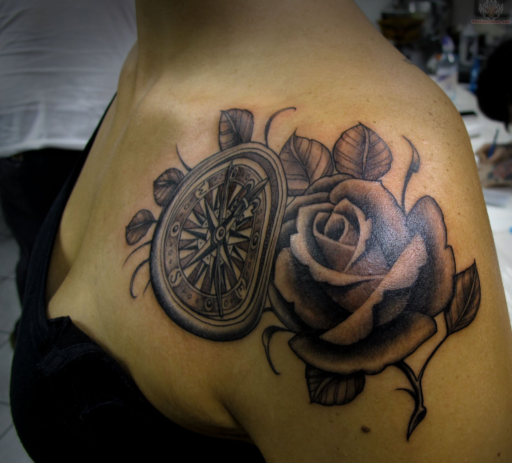 rose-and-compass-tattoo-on-shoulder