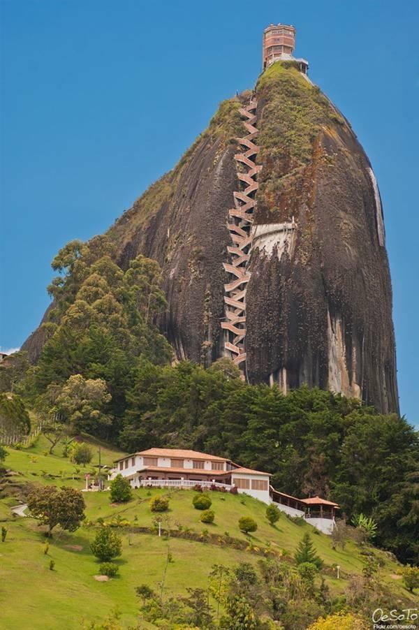 Il Guadalupe Rock è una massiccia formazione monolitica che sorge sul terreno pianeggiante di Guadalupe, in Colombia, che un tempo era venerata dagli indiani Tamigi.